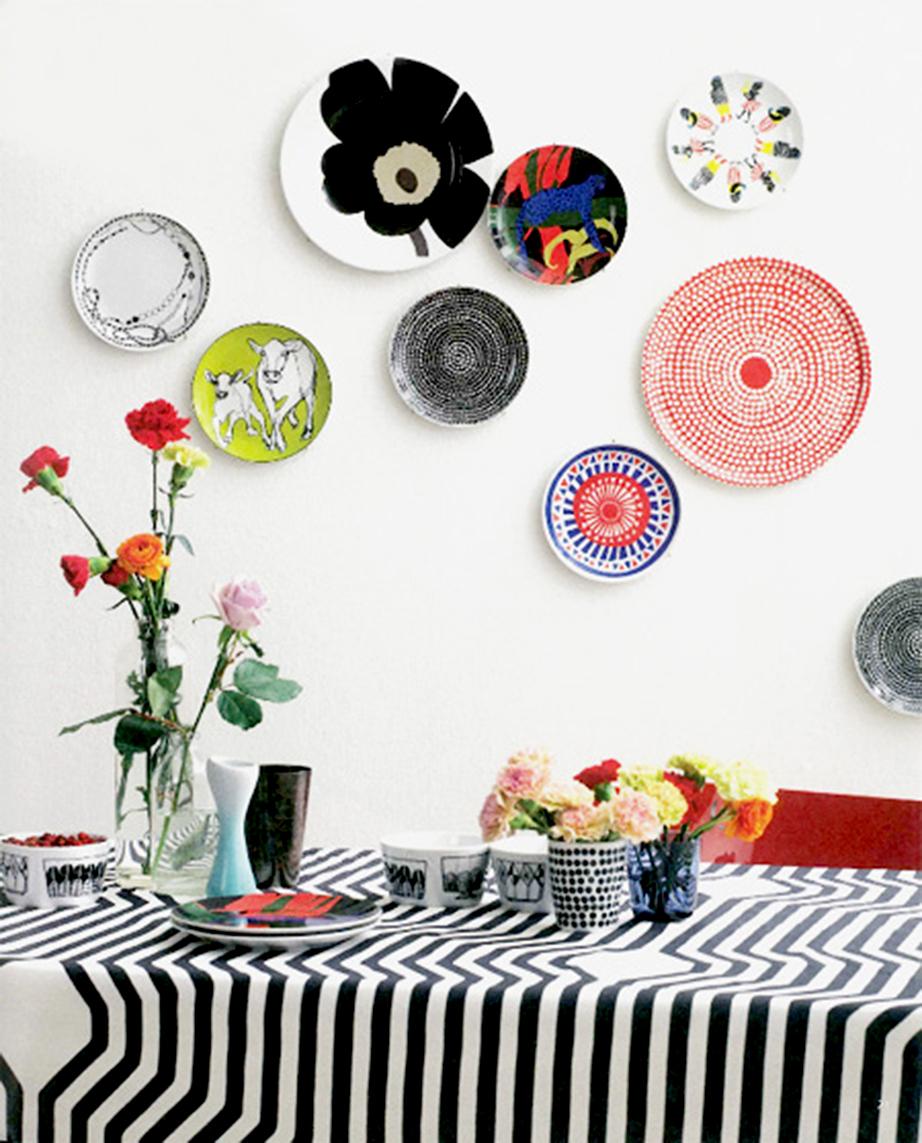 Μια συστάδα από πολύχρωμα πιάτα θα είναι εκπληκτική ιδέα για την DIY διακόσμηση της κουζίνας σας.