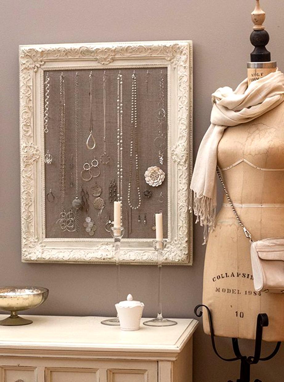 Αλλάξτε χρώμα σε μια κορνίζα και βάλτε τη στο δωμάτιό σας για να κρεμάτε τα κοσμήματά σας.