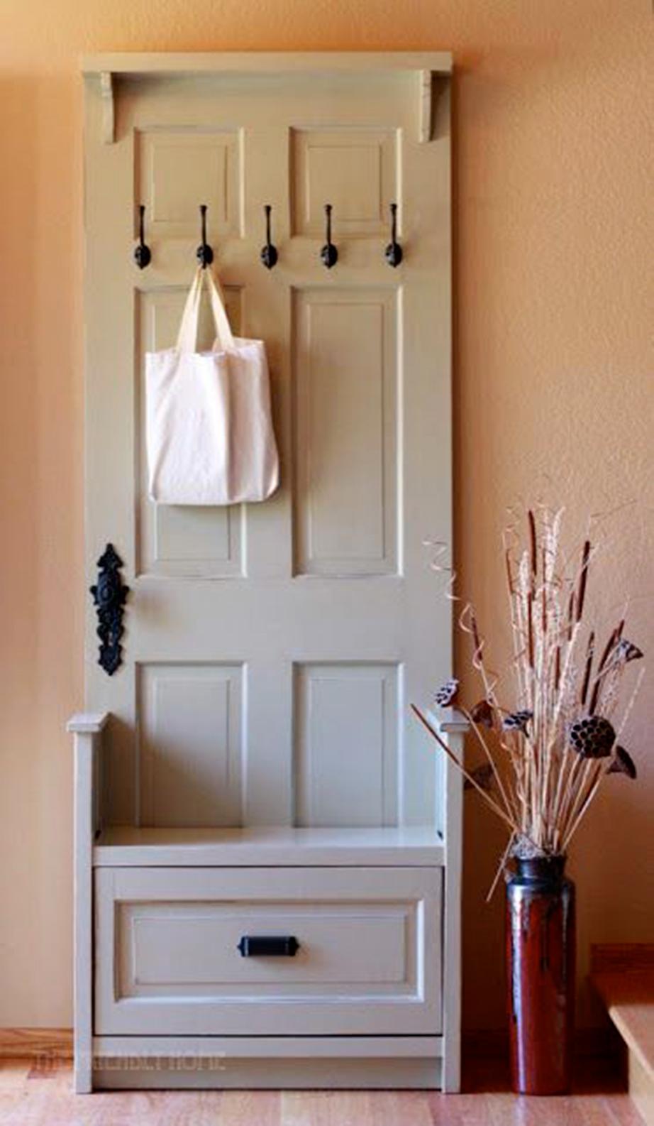 Μια απλή κατασκευή με ελάχιστε προσθήκες που την κάνουν απόλυτα λειτουργική στο χώρο της εισόδου του σπιτιού.