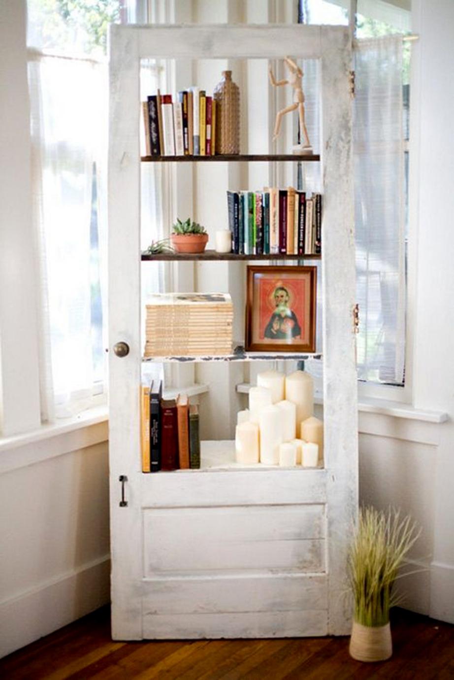 Μια πόρτα που σε βιβλιοθήκη μετατράπηκε απλώς προσθέτοντας μερικά ράφια από την εσωτερική, όπως την βλέπουμε, μεριά.