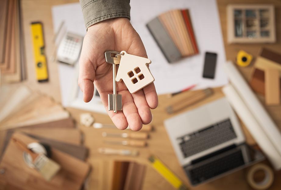 Επειδή δεν θα είναι ποτέ κανείς εκεί να σας προσφέρει το κλειδί στο χέρι όταν θα το ψάχνετε βάλτε μια κλειδοθήκη δίπλα από την εξώπορτα και τοποθετήστε εκεί κάθε φορά που μπαίνετε στο σπίτι.