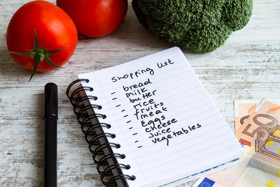 Κρατήστε καθημερινά λίστα με τα πράγματα που πραγματικά έχετε ανάγκη για να μην χάνετε χρόνο και χρήματα στα ψώνια.