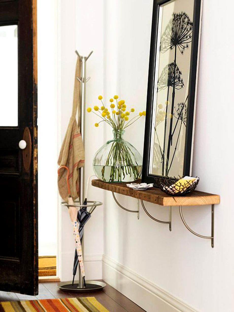 Βάλτε ένα ράφι δίπλα στην είσοδο του σπιτιού σας και τοποθετήστε επάνω, εκτός των άλλων, ένα διακοσμητικό κουτί για να αφήνετε εκεί τα κλειδιά και το κινητό σας όταν επιστρέφετε στο σπίτι.