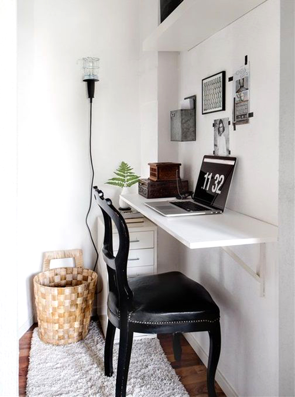 Τοποθετήστε ένα ράφι με τη βοήθεια βάσεων στήριξης σε μια γωνιά του καθιστικού σας και δημιουργήστε το περιβάλλον εργασίας σας.