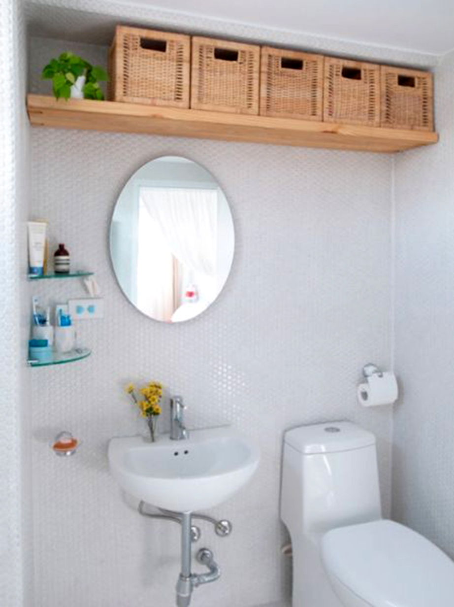 Χρησιμοποιείστε γυάλινες ραφιέρες νιπτήρα για περισσότερο αποθηκευτικό χώρο στο μπάνιο σας.