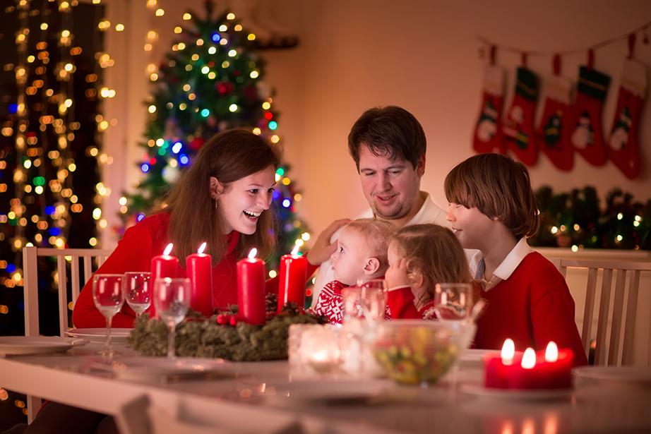 Φορώντας τα γιορτινά της ημέρας όλη η οικογένεια μαζεύεται γύρω από το τραπέζι για να κόψουν τη βασιλόπιτα.