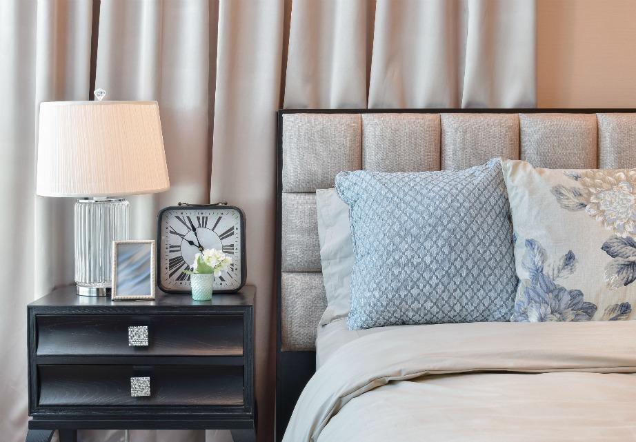 Καλό είναι το κυρίαρχο χρώμα του σχεδίου να ταιριάζει με τα υπόλοιπα χρώματα του δωματίου.