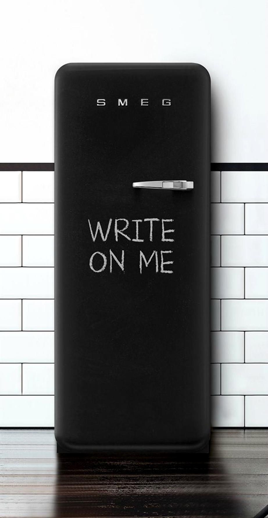 Βάψτε με χρώμα μαυροπίνακα το ψυγείο σας και αλλάξτε του την εικόνα καθημερινά.