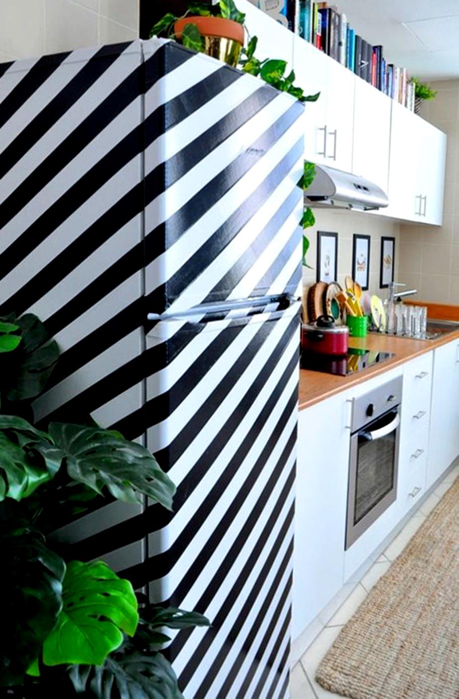Με χρωματιστές διακοσμητικές ταινίες δημιουργήστε γεωμετρικά σχήματα ή παράλληλες γραμμές πάνω στην επιφάνεια του ψυγείου σας.