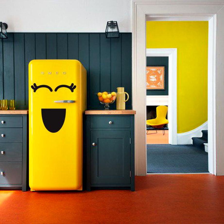 Κολλήστε πάνω στην επιφάνεια του ψυγείου χιουμοριστικά αυτοκόλλητα.