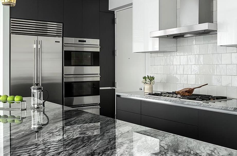 Μια υπέροχη κουζίνα σε απόδοση του λευκού, του μαύρου και του γκρι με τους μαρμάρινους πάγκους να μαγνητίζουν όλα τα βλέμματα.
