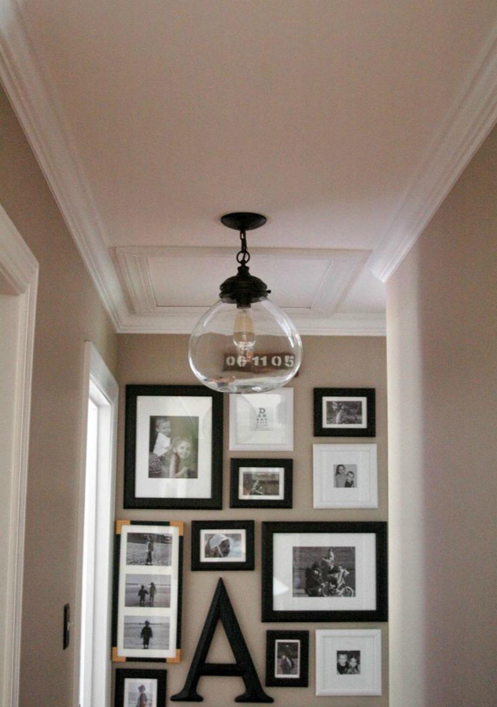 Αφήστε τα βλέμματα να πέσουν στις πολλές φωτογραφίες που έχετε βάλει σε έναν από τους τοίχους του χολ.