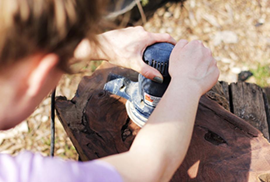 Περάστε όλες τις επιφάνειες του ξύλου με το παλμικό τριβείο και όπου η εφαρμογή δεν είναι εφικτή περάστε το γυαλόχαρτο με το χέρι.