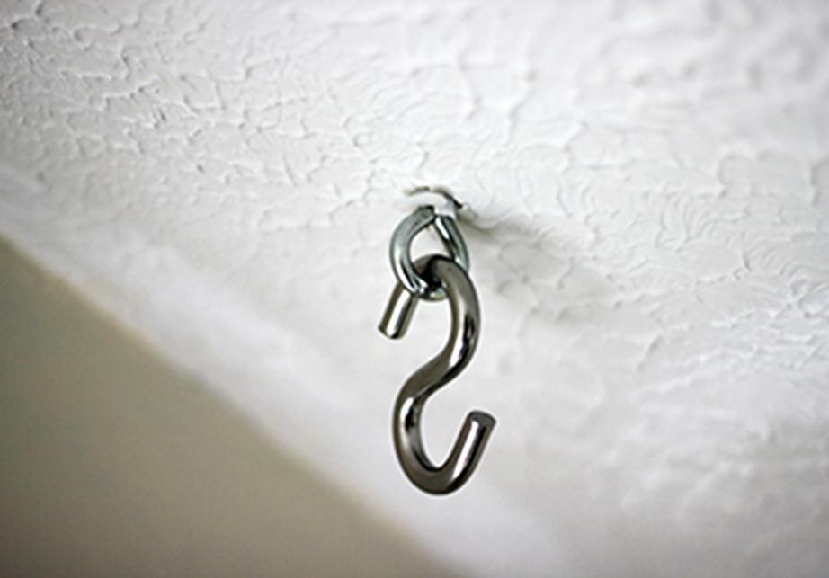 Βιδώστε στην οροφή τη βιδοθηλιά όπου θα περάσετε τον γάντζο.