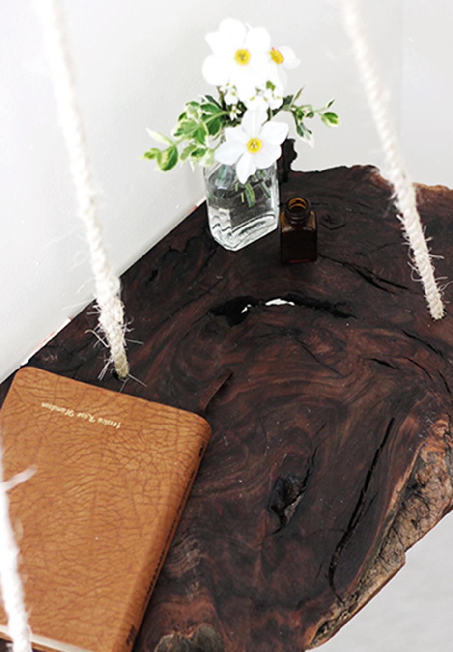 Κολλήστε το ξύλο στον τοίχο με το θερμοπίστολο από την πλευρά που είναι η τσόχα.