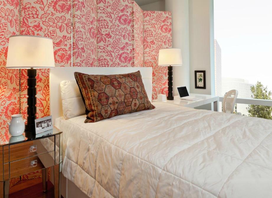 Δείτε πόσο όμορφο δείχνει αυτό το φλοράλ παραβάν πίσω από το κρεβάτι.