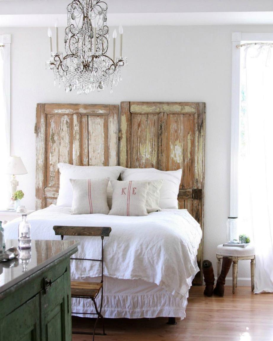 Μια ή δύο παλιές πόρτες ή 2 παραθυρόφυλλα είναι επίσης μια καλή ιδέα.