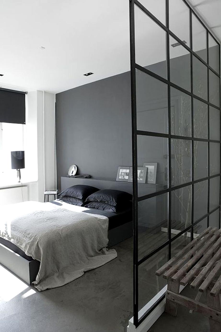 Πέραν της γκρι αποχρώσεως των τοίχων χρησιμοποιήστε μαύρα λευκά είδη και συνδυάστε τα με κάποια εξίσου μαύρα μεταλλικά στοιχεία, μέσα στο χώρο, όπως για παράδειγμα κομοδίνα, επιτραπέζια φωτιστικά ή ακόμη μια μεταλλική μεσοτοιχία, αν αυτό είναι εφικτό.
