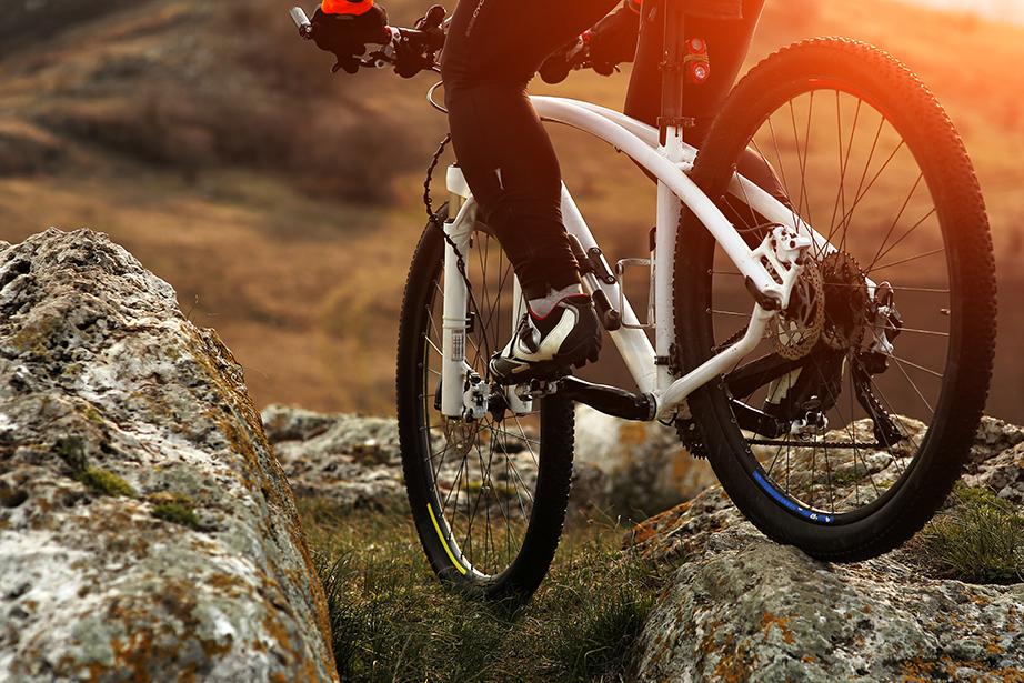 Μια πεζοπορία στα ορεινά του νησιού ή ακόμη και μια ποδηλατάδα θα σας ανταμείψουν στο έπακρον.