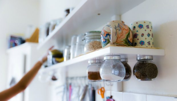 DIY: Αξιοποιήστε Διακοσμητικά τα Βαζάκια στην Κουζίνα