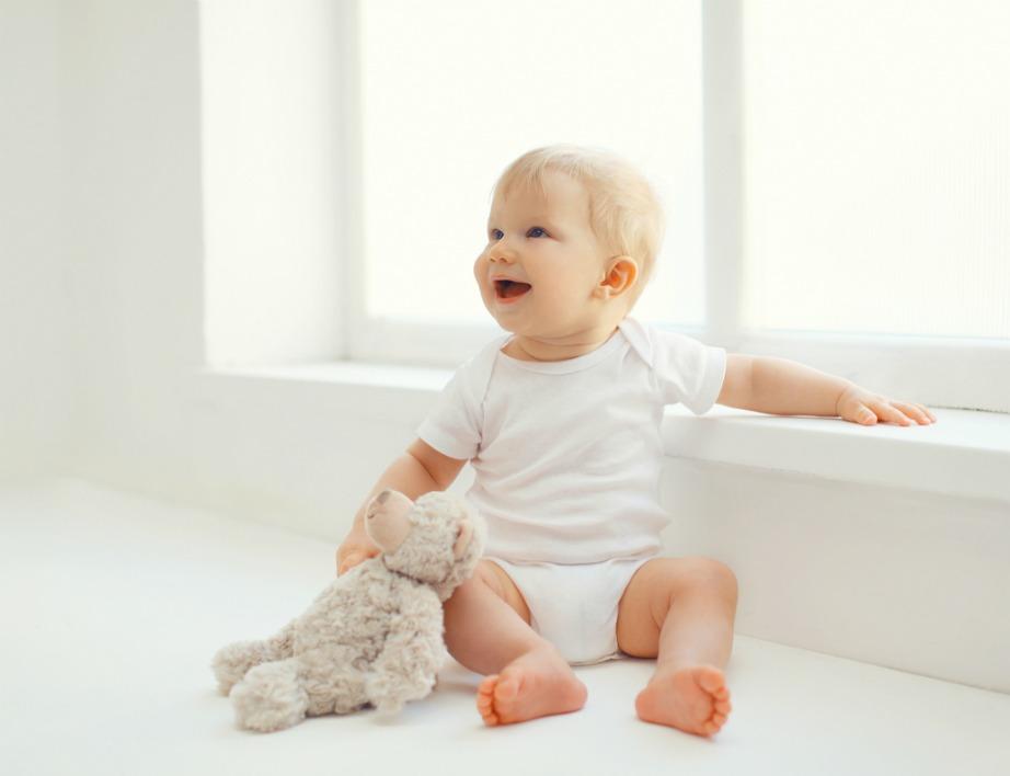 Όσο πιο «άδειο» είναι ένα παιδικό δωμάτιο τόσο πιο ασφαλείς θα νιώθετε. Μην βάζετε βαριά έπιπλα και αντικείμενα. Δώστε χρώμα με ελαφριά διακοσμητικά και όμορφες αποχρώσεις και ταπετσαρίες στους τοίχους.