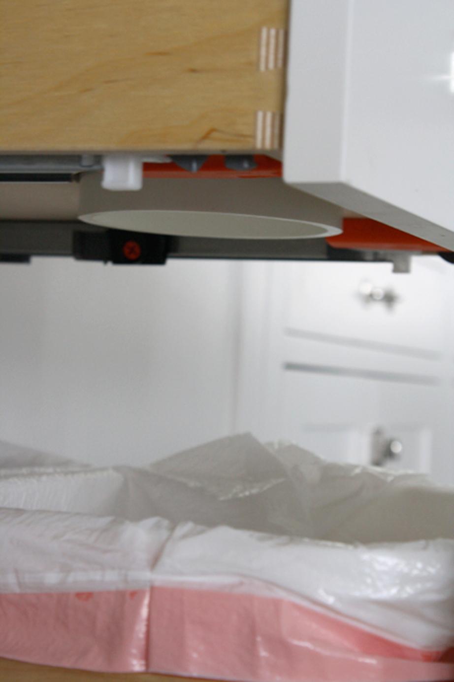 Δώστε προσοχή ώστε ο σωλήνας να ενώνει τα τμήματα της κατασκευής αλλά και να εξέχει τόσο από την κάτω πλευρά του συρταριού χωρίς όμως να παρεμποδίζει τη λειτουργία του.