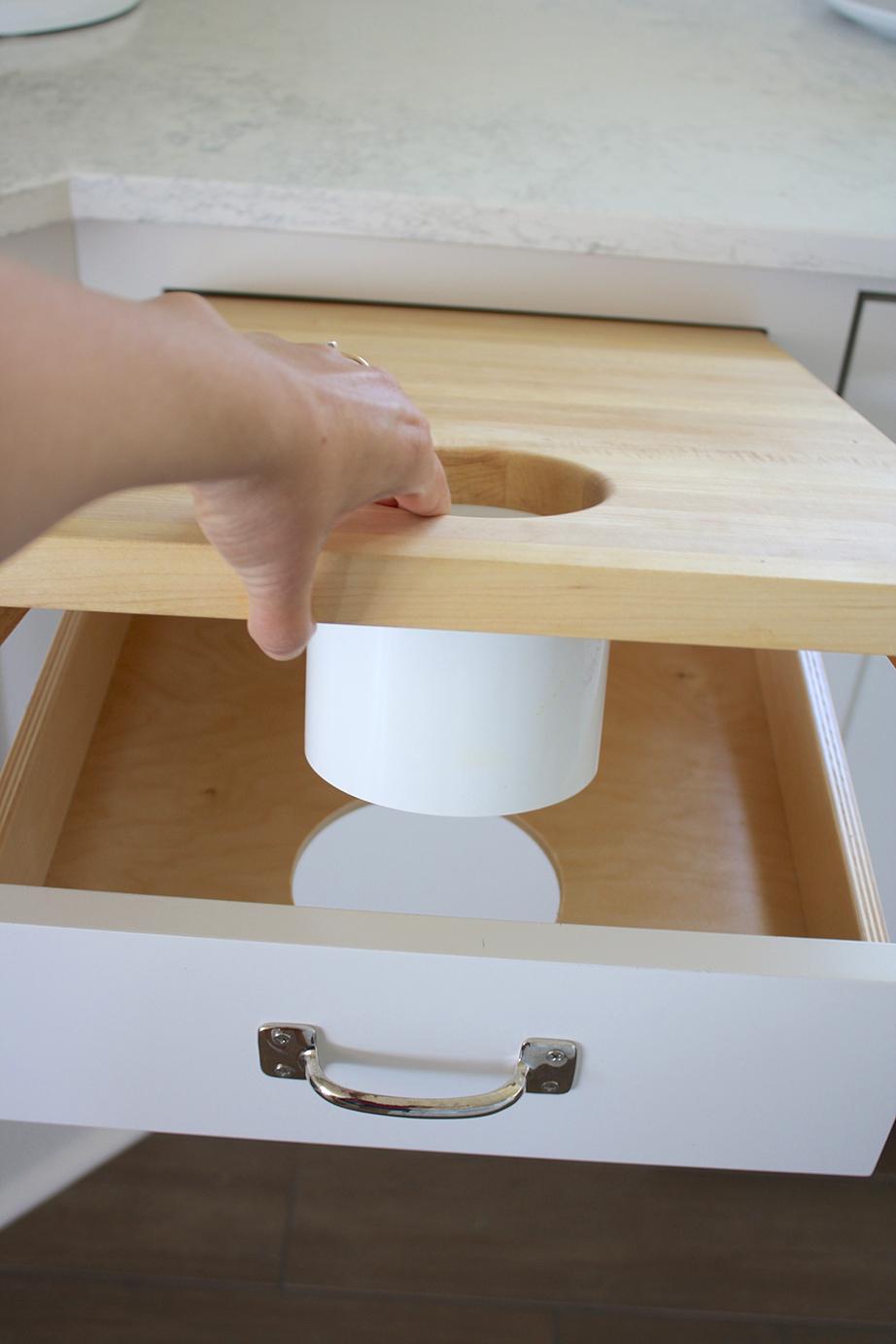 Τοποθετήστε την μασίφ επιφάνεια πάνω στο περίγραμμα του συρταριού έχοντάς την πρώτα ενώσει με το σωλήνα.