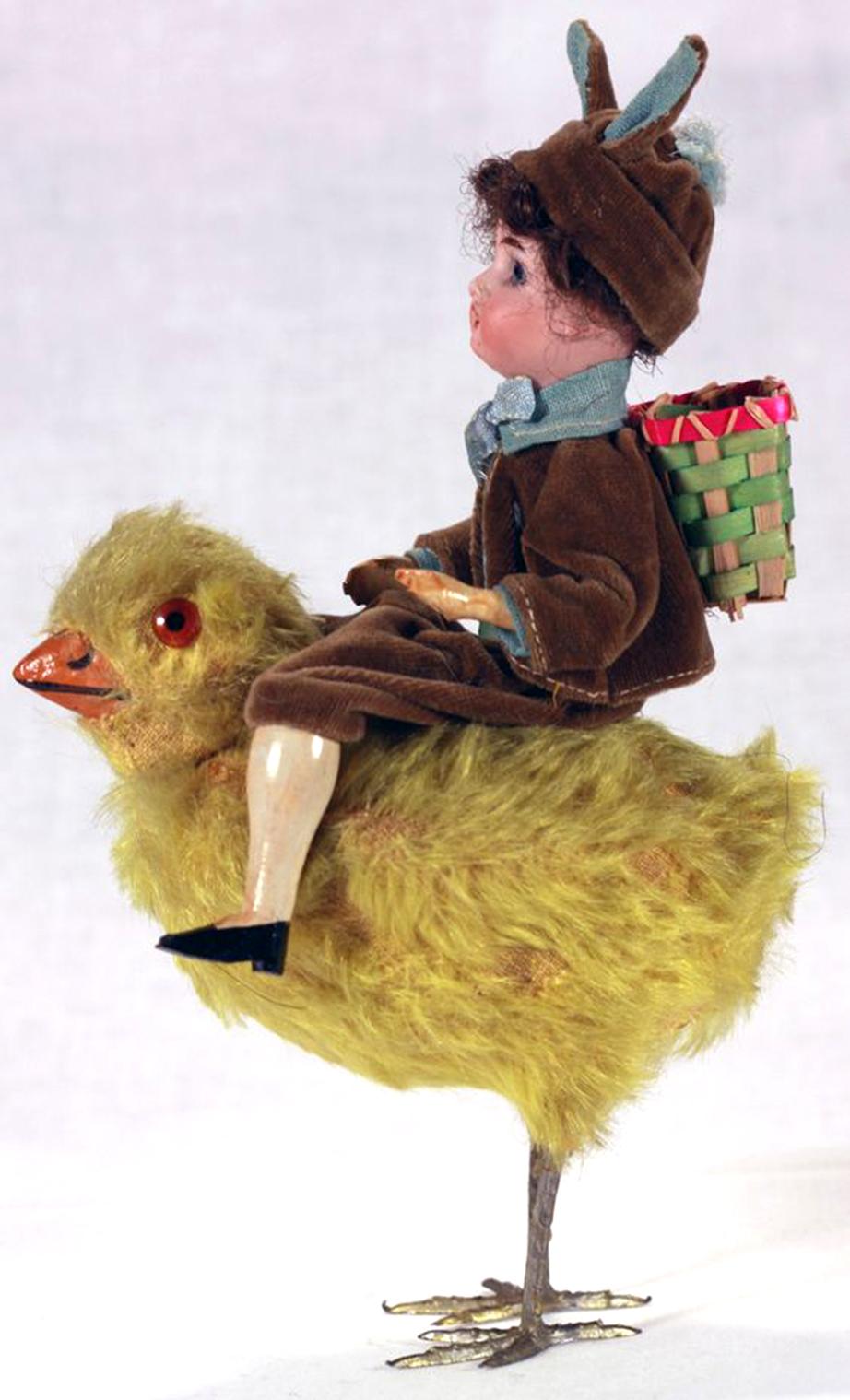 Ένα πασχαλινό διακοσμητικό με το τρομακτικό κοτοπουλάκι και τον αναβάτη του.