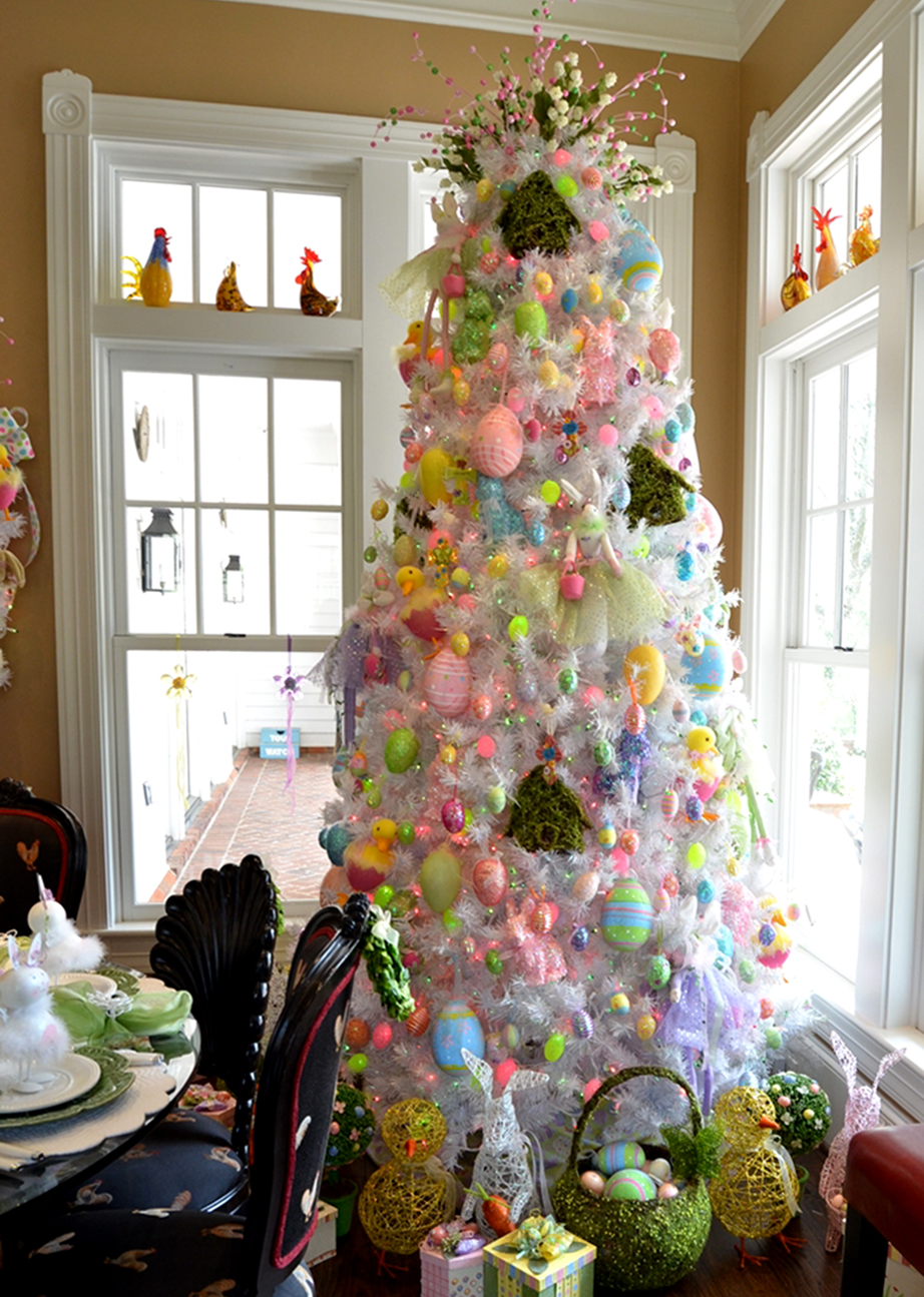 Χριστουγεννιάτικο δέντρο με πασχαλινή διακόσμηση.