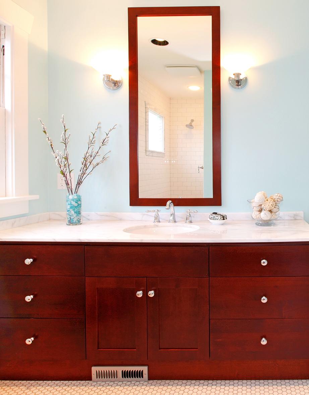 Χρησιμοποιήστε συμπληρωματικούς φωτισμούς στο μπάνιο για να μη χάνετε ούτε τρίχα.