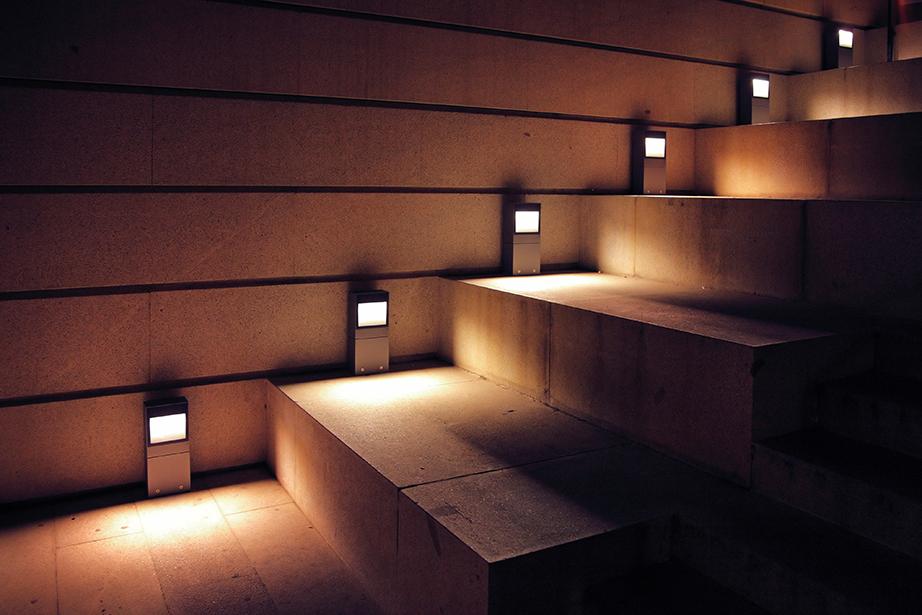 Αποφεύγετε να χρησιμοποιείτε φωτιστικά σώματα κοντά στο έδαφος εκτός από εξαιρετικές περιπτώσεις ή εάν η κατεύθυνση του φωτός είναι διαφορετική από την κάθετη προς τα επάνω.