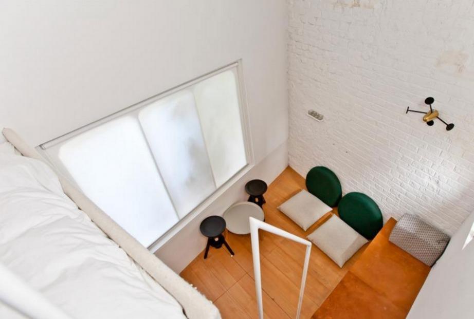 Το δωμάτιο έχει ύψος αλλά καθόλου μάκρος.