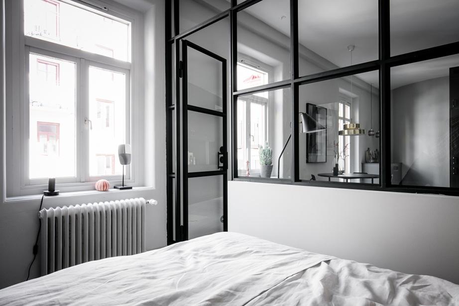 Το υπνοδωμάτιο αν και χωρίζεται με μια τζαμαρία από το υπόλοιπο του σπιτιού μπορεί να απομονωθεί με τη χρήση κουρτίνας συσκότισης.