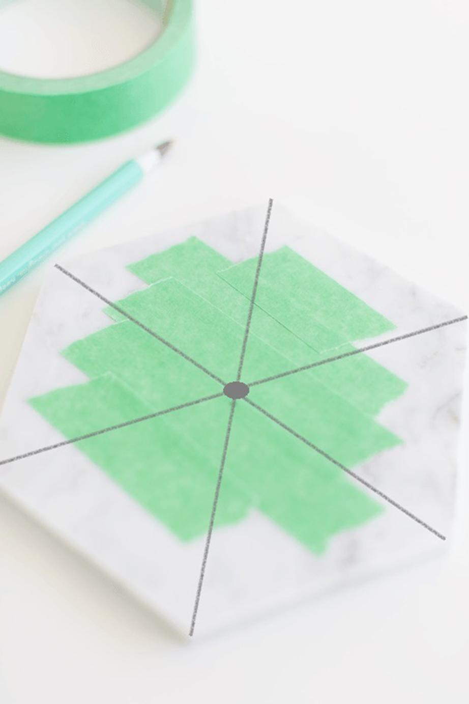 Ενώστε τις αντικριστές γωνίες μεταξύ τους τραβώντας ευθείες γραμμές με το μολύβι και τη βοήθεια του χάρακα.