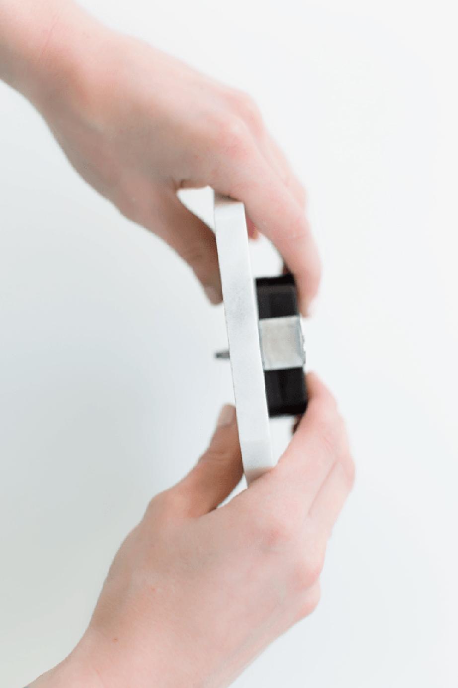 Επαλείψτε με την υγρή κόλλα την επιφάνεια του μαρμάρου που θα καλύπτει το κουτί του μηχανισμού του ρολογιού και περάστε τον άξονα αυτού μέσα από την τρύπα ασκώντας στη συνέχεια πίεση και κρατώντας σταθερά τα δύο αντικείμενα μέχρι να ολοκληρωθεί η κόλληση. Στη συνέχεια συνδέστε τους δείκτες σύμφωνα με την ανατομία του ρολογιού.