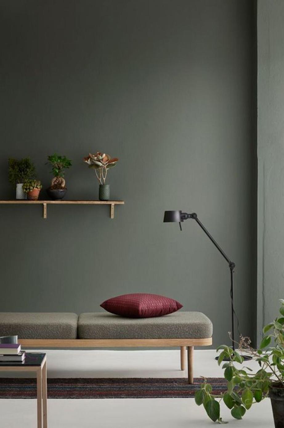 Χρησιμοποιήστε ματ χρώματα για να κύψετε ατέλειες σε τοίχους και έπιπλα.
