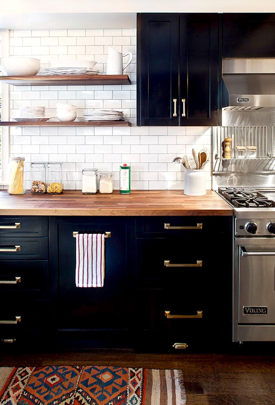 Πάγκος κουζίνας με ξύλο.