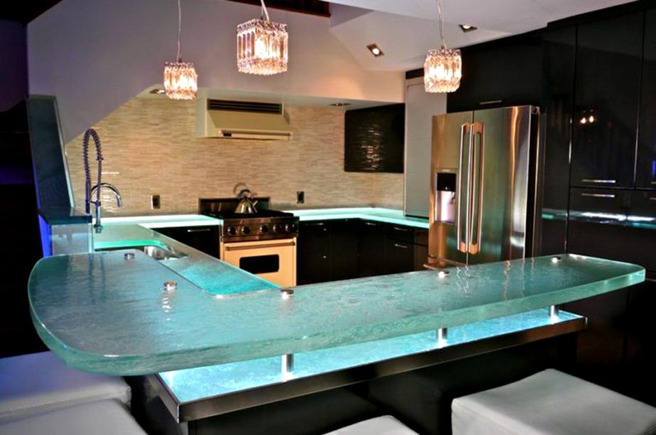 Πάγκος κουζίνας με γυαλί και κρυφό φωτισμό.