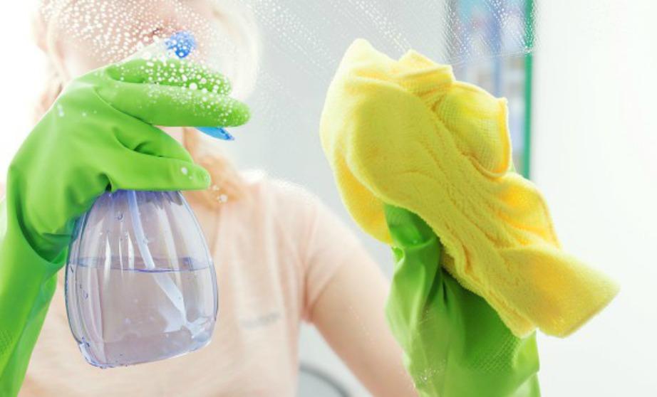 """Ένα πανί από μικροϊνες είναι το τέλειο """"εργαλείο"""" για να καθαρίζετε τα τζάμια σας."""