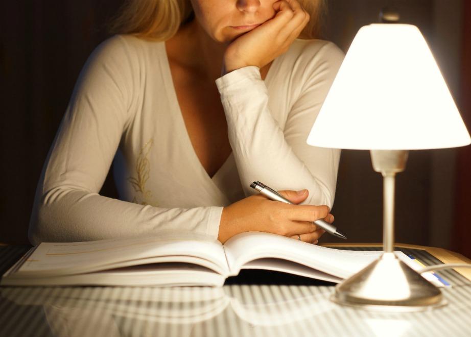 Ο σωστός φωτισμός για διάβασμα είναι αυτός που πέφτει κάθετα πάνω στο βιβλίο σας.