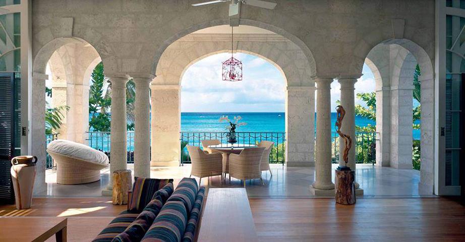 Οι περισσότεροι εσωτερικοί χώροι διαθέτουν ξύλινο πάτωμα και υπέροχη θέα στα νερά της Καραϊβικής.