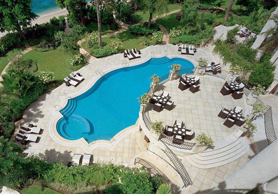 Η εξωτερική πισίνα είναι τεραστίων διαστάσεων και πέραν των υπολοίπων θετικών της στοιχείων έχει και θέα προς την ιδιωτική παραλία της έπαυλης.