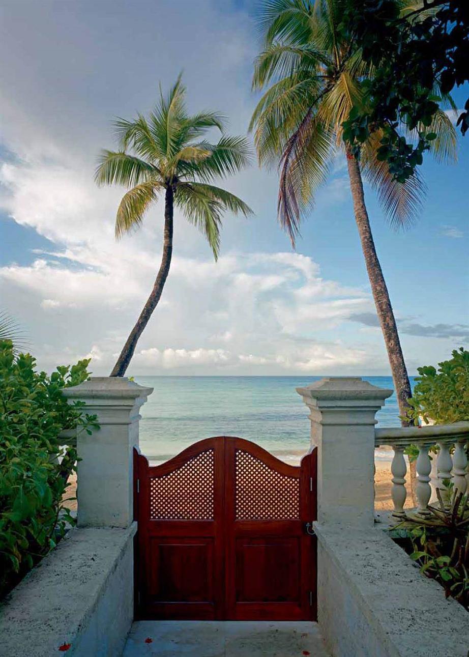 Η πρόσβαση στην ιδιωτική παραλία της έπαυλης γίνεται εύκολα και άμεσα.