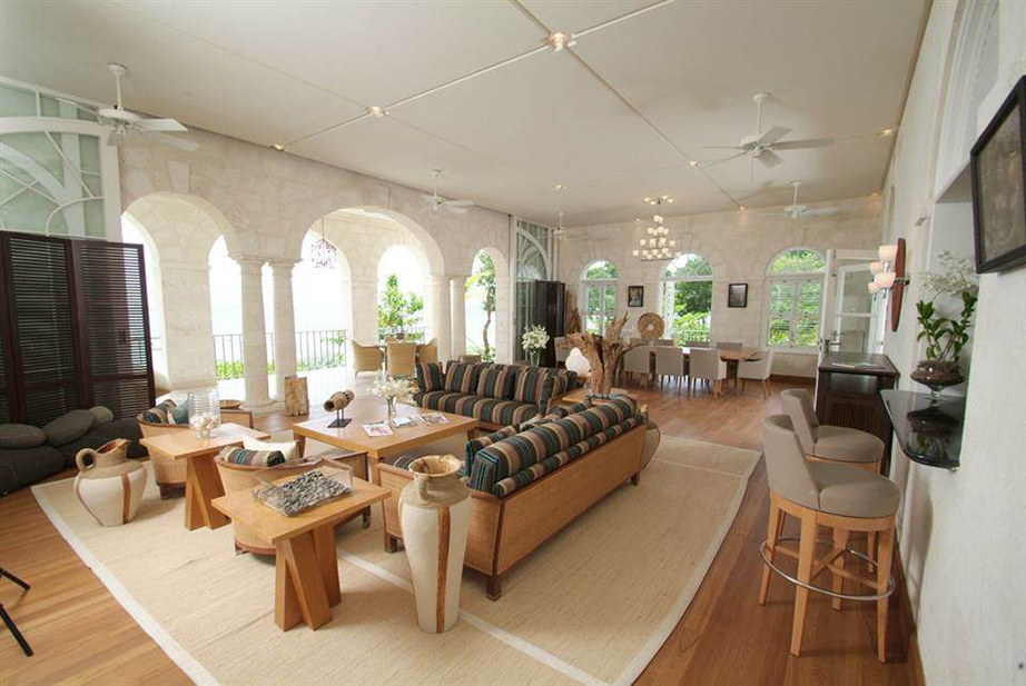 Το καθιστικό είναι λιτό με έμφαση στη χρήση του ξύλου και τις απόλυτα γήινες αποχρώσεις.