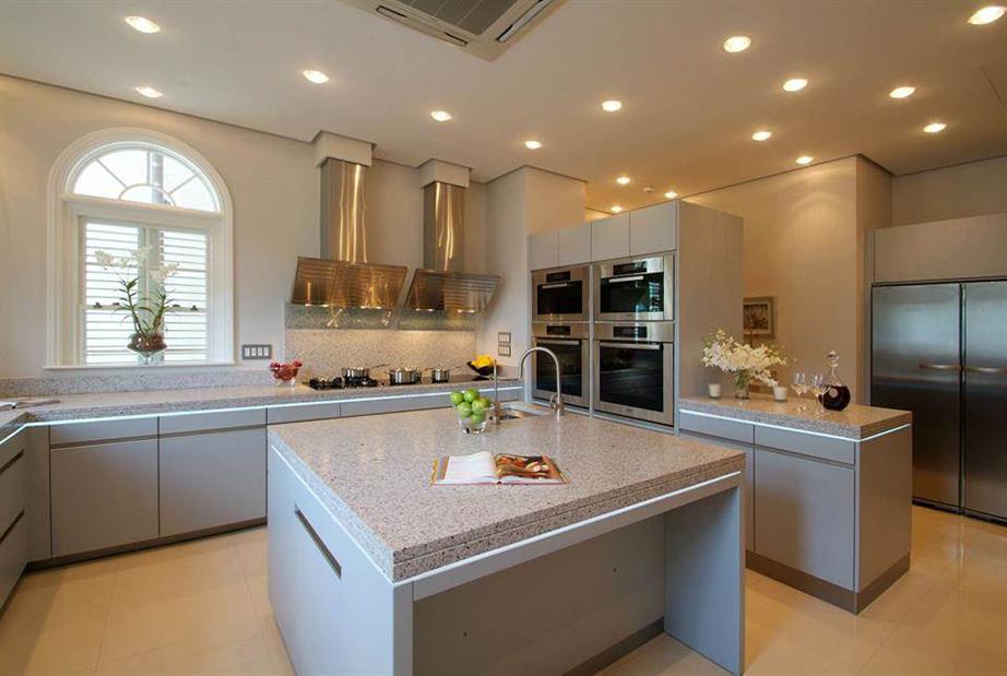 Η κουζίνα σε αποχρώσεις του γκρι και του μπεζ με τις επιβλητικές και λιτές γραμμές εναλλάσσετε χρωματικά μόνο με τις μεταλλικού χρώματος ηλεκτρικές συσκευές.