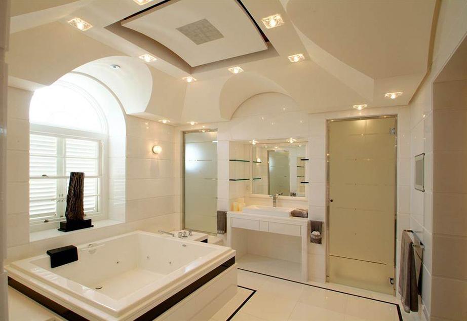 Λιτή διακόσμηση για ένα από τα μπάνια με έντονα στοιχεία κυβισμού.