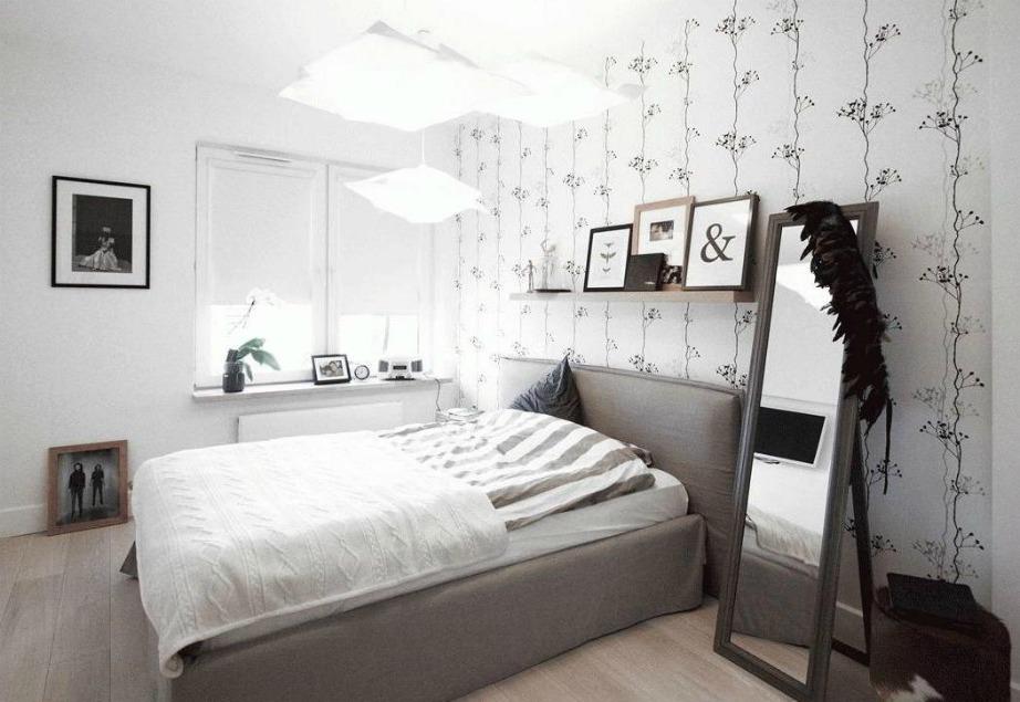 Δείτε πόσο όμορφη δείχνει αυτή η ταπετσαρία που έχει τοποθετηθεί στον τοίχο πίσω από το κρεβάτι.