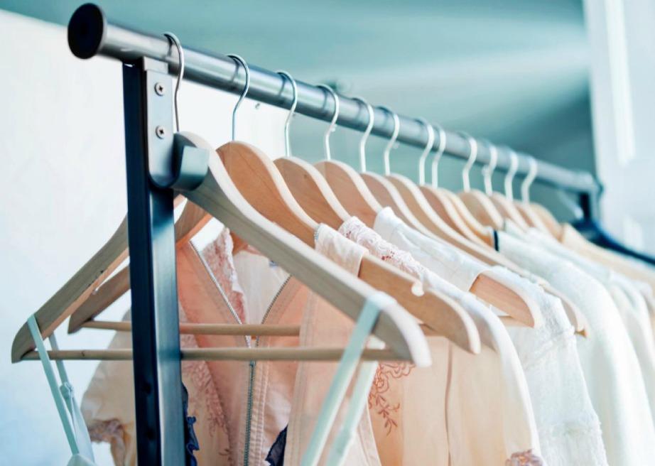 Διαχωρίστε το υπνοδωμάτιό σας από έναν άλλον χώρο με μια ράγα με ρούχα.