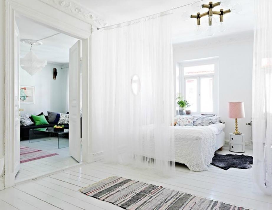 Μια λευκή λεπτή κουρτίνα είναι ό,τι πρέπει για να χωρίσετε τον χώρο σας.