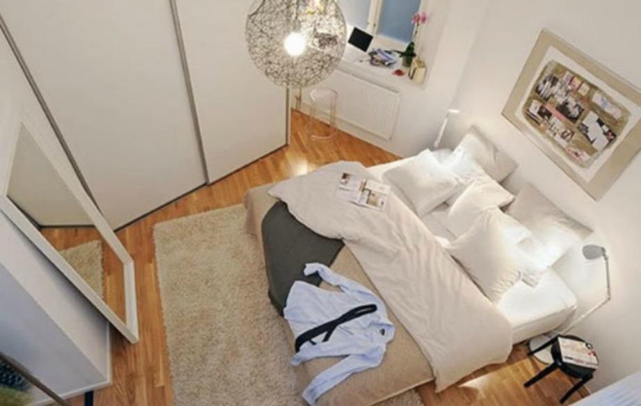 Ένα μικρό σκαμπό, αντί για κομοδίνο θα σας διευκολύνει αρκετά ώστε να χρησιμοποιήσετε τον χώρο που «κερδίζετε» με άλλο τρόπο.